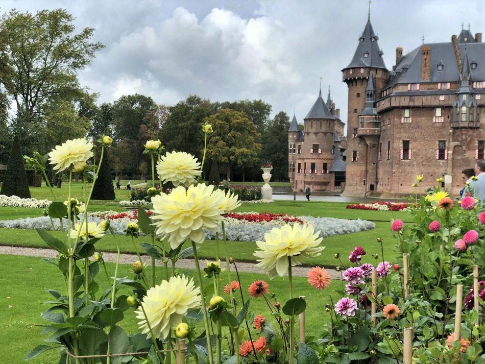 Flores en el jardín del castillo de Haar en Utrecht