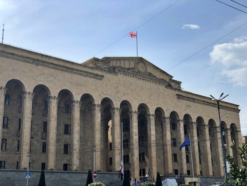 Fachada del edificio del Parlamento de Tbilisi