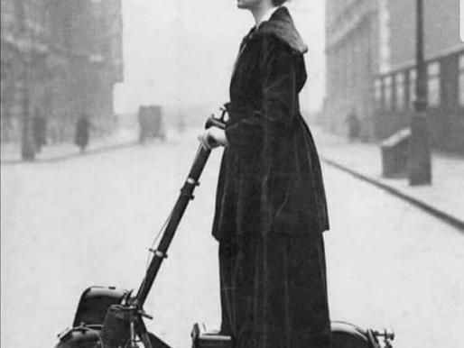 [100 anos antes]: indo de patinete para o trabalho