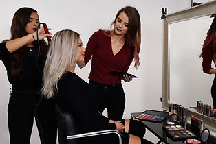 polly-sminkar-kund-polly-doing-makeup-on-client-model-modell-kontakt-contact