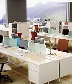 Mesas de oficina con separadores