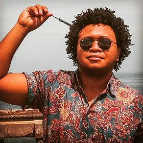 Seu Ivo é um trio de forró universitário, nascido na UERJ de São Gonçalo, que tem agitado a moçada por onde passa. Além dos clássicos de Luiz Gonzaga, Alceu Valença, Geraldo Azevedo e Zé Ramalho, o trio também passeia pelas águas de novos forrozeiros como Falamansa, Bicho de Pé e Raiz do Sana. O trio ainda mistura o ritmo quente do forró com elementos de outros ritmos como o reggae e MPB. Seu Ivo é alegria!