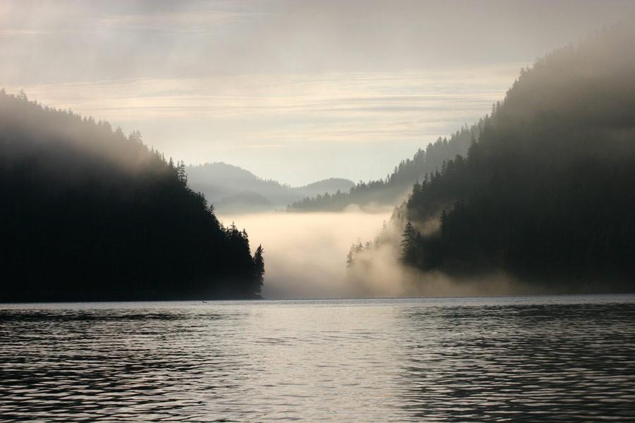 O lago Klemtu envolto em brumas