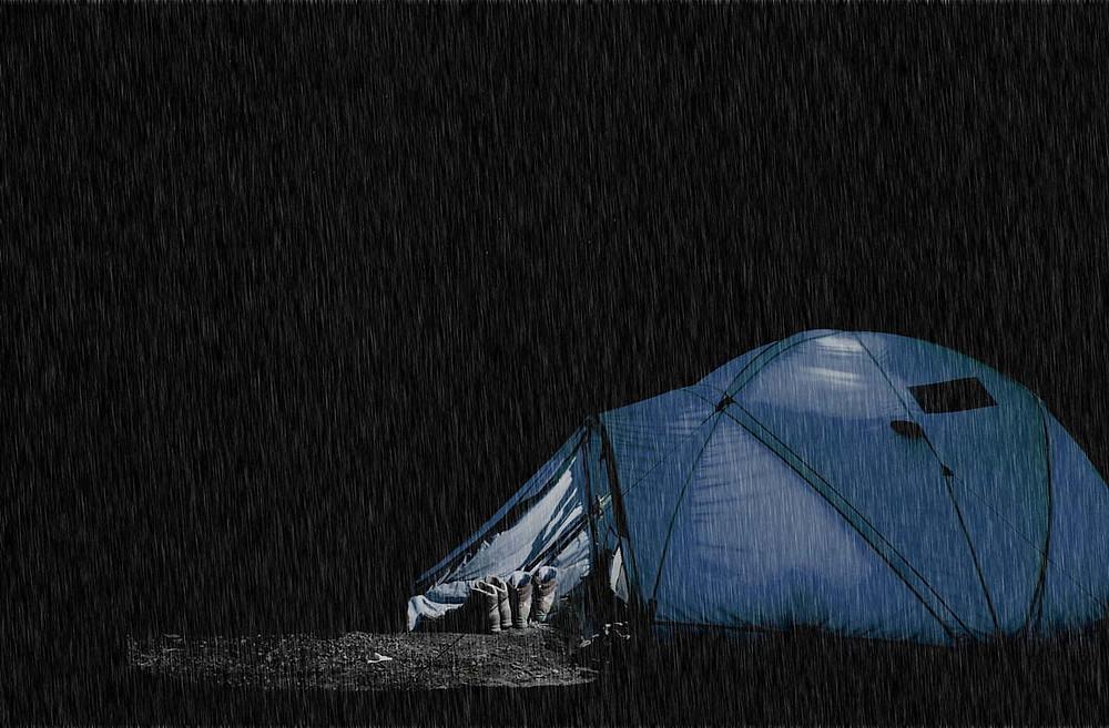 barraca debaixo de um temporal