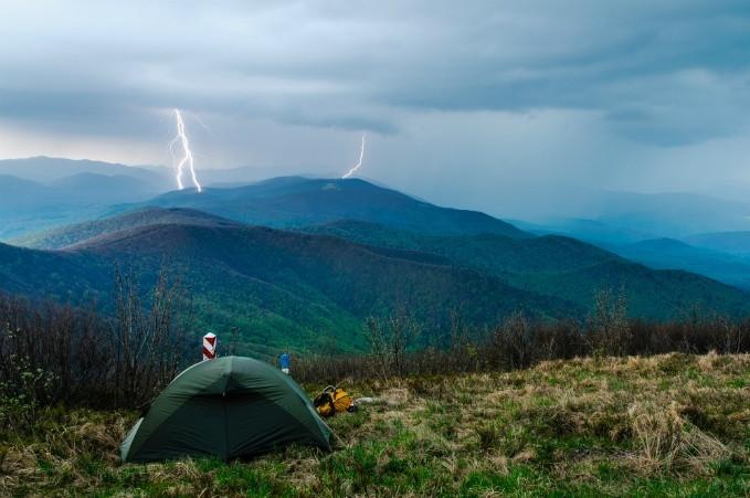 uma tempestade se aproximando do acampamento