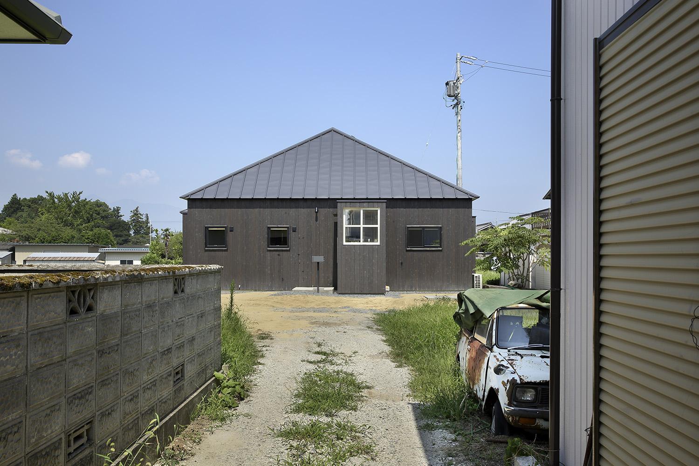 15_08_01_竣工写真(繁田諭)2_白と黒の家