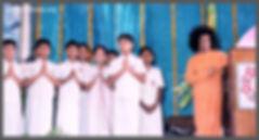 sathya-sai-baba-with-balvikas-students-4