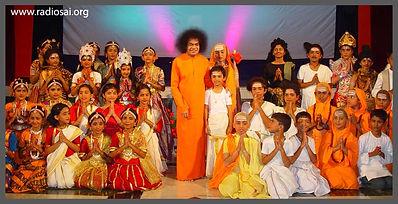 sathya-sai-baba-with-balvikas-students-8