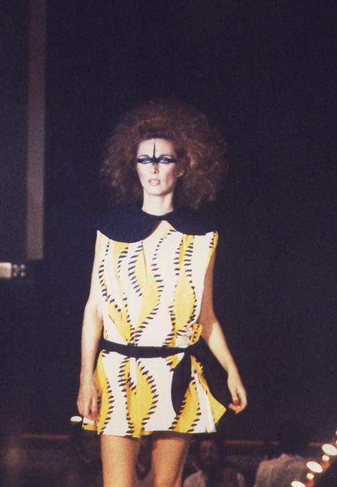desfile_1980_dominique_mirambeau_máscara