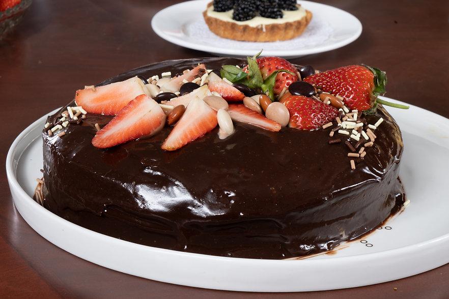 Pastel de chocolate relleno de mermelada de fresa de Respostería María Inés
