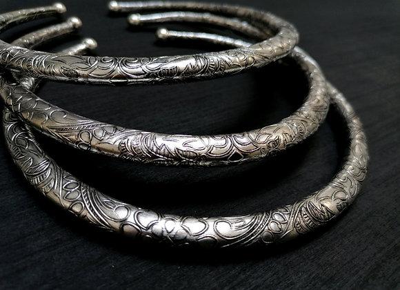 Collier torque simple argenté motifs floraux