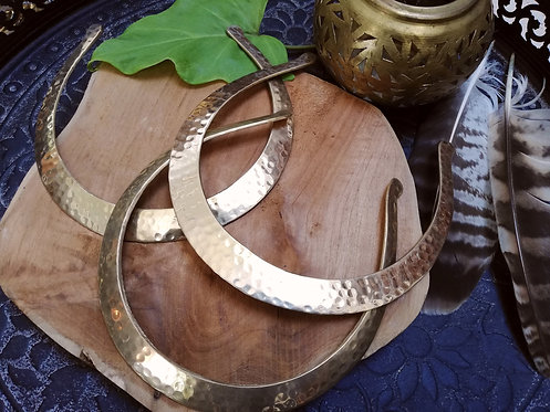 Collier torque plat martellé laiton doré