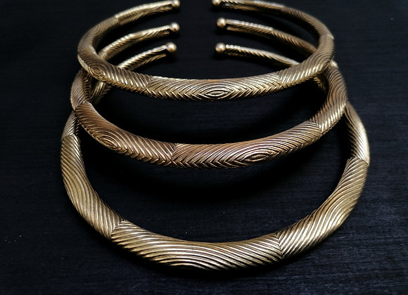 Collier torque laiton doré motifs lignes