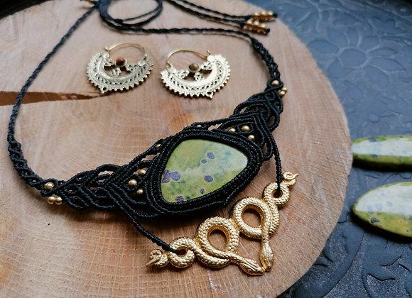 Collier noir atlantisite verte serpents dorés