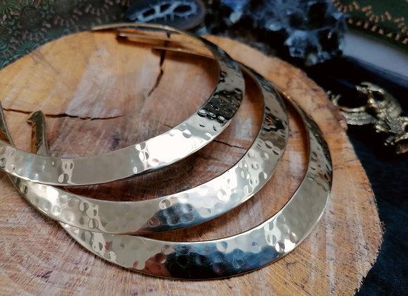 Collier torque simple doré plat martellé