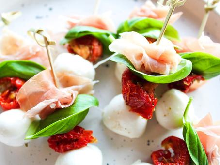 Zomers tapas feestje! Mozzarella met zongedroogde tomaat, basilicum en parmaham