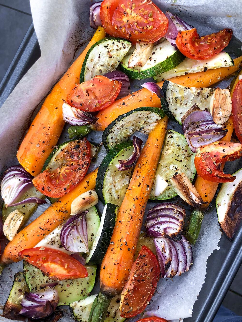 Makkelijk, gezond en voorkomt voedselverspilling. Gegrilde groenten uit de oven! Super handig wanneer je nog verschillende restjes groenten in koelkast hebt liggen die je niet wilt weggooien of simpelweg omdat het súper lekker is!