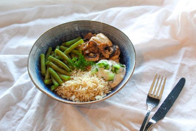 Een heerlijk diner met romige kip, sperziebonen, rijst en verse tzatziki. Het is makkelijk en staat snel op tafel!