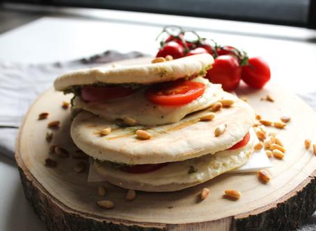 Pita tosti met pesto, tomaat en mozzarella