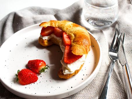 Croissant met mascarpone en aardbeien