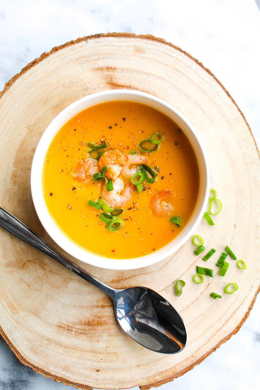 Comfort food, yes please! Het past zo heerlijk bij het herfst seizoen maar is ook nog eens een super leuk voorgerechtje. Ik heb het over dit super fijne recept: Oranje paprika soep met zoete aardappel en garnalen. Dit wil je proeven!