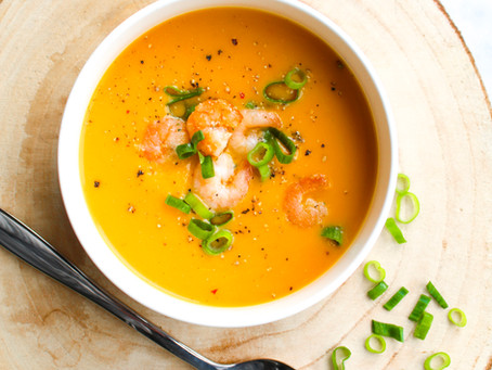 Oranje paprika soep met zoete aardappel en garnalen