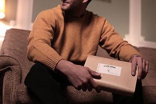 Une box imaginée pour des hommes qui ont du style, et qui veulent recevoir des produits tendances et authentiques, sans trop dépenser.  Chaque mois, une équipe de connaisseurs part à la recherche de l'accessoire idéal pour vous plaire.