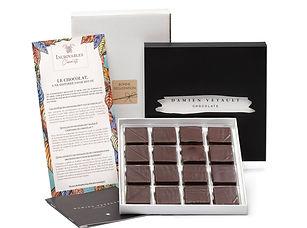 La box qui vous propose de savourer chaque mois les créations d'un chocolatier différent, classés parmi les 100 meilleurs de France (Club des Croqueurs de Chocolat, Chocolate World Masters). Une box qui joue la carte de la qualité et de l'authenticité.