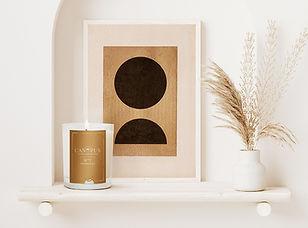 Vivez chaque mois une expérience sensorielle unique au rythme des vacillements des bougies parfumées Canopus. Vous trouverez en plus d'une bougie en cire végétale, une boîte d'allumettes personnalisée et un papier ensemencé.