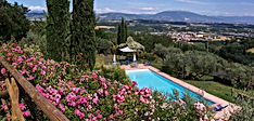 Farm holiday in Perugia, Umbria with panoramic pool and splendid views of Assisi and Santa Maria degli Angeli