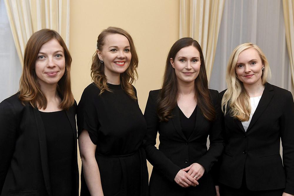 Quatre ministres finlandaises pour montrer la féminisation et le rajeunissement du gouvernement.