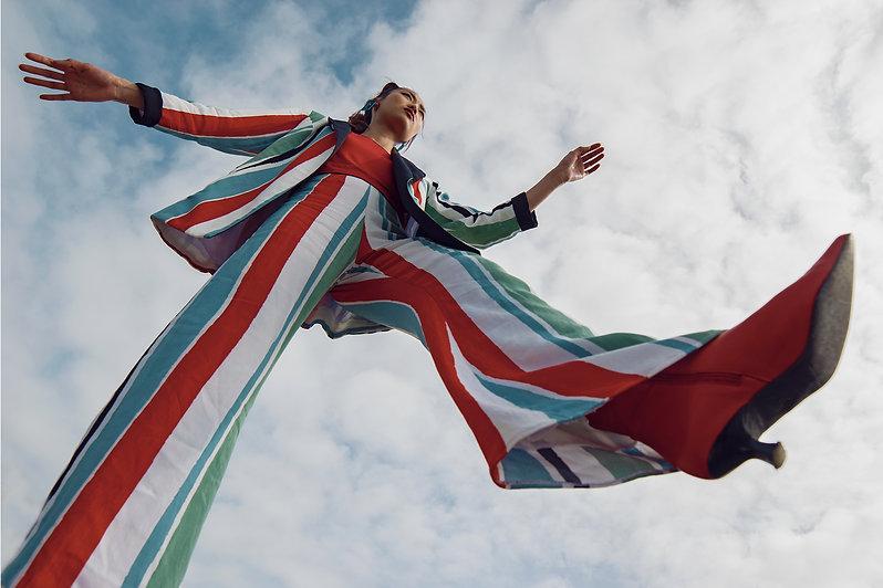 mujer flotando cielo moda