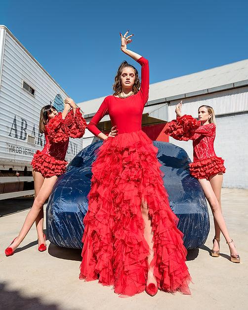 tributo a rosalia tres chicas en un coche rojo y azul la escena