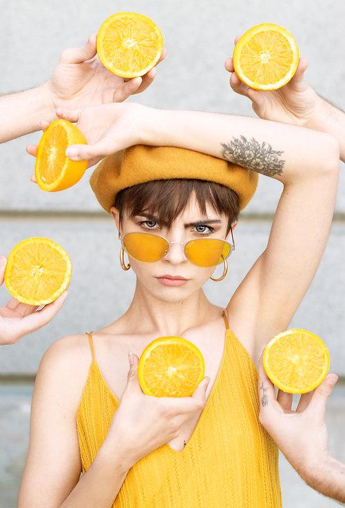 mujer con limones al rededor moda retrato