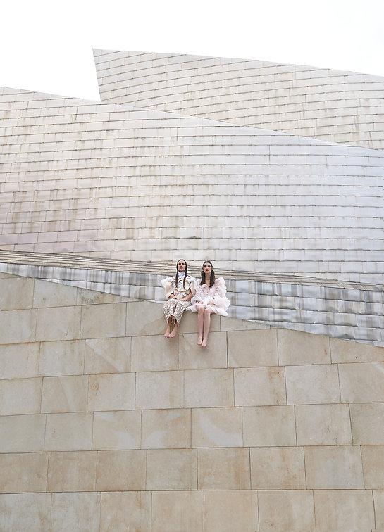 moda dos chicas en arquitectura futuristica