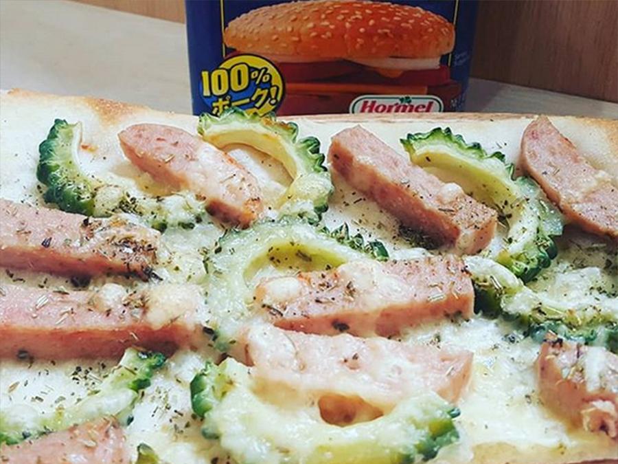 ゴーヤとスパムのハーブピザ