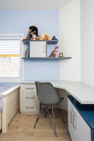 לביא- מדף דקורטיבי מעל שולחן כתיבה
