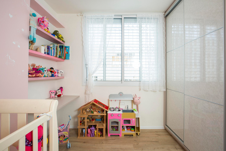 חדר בנות- מדפים פתוחים ושולחן עבודה