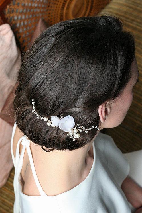 Kopfschmuck aus Blüten und Perlen