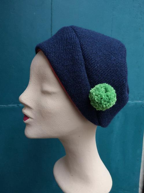 Dunkelblaue Mütze aus Wollstoff mit grünem Pompom