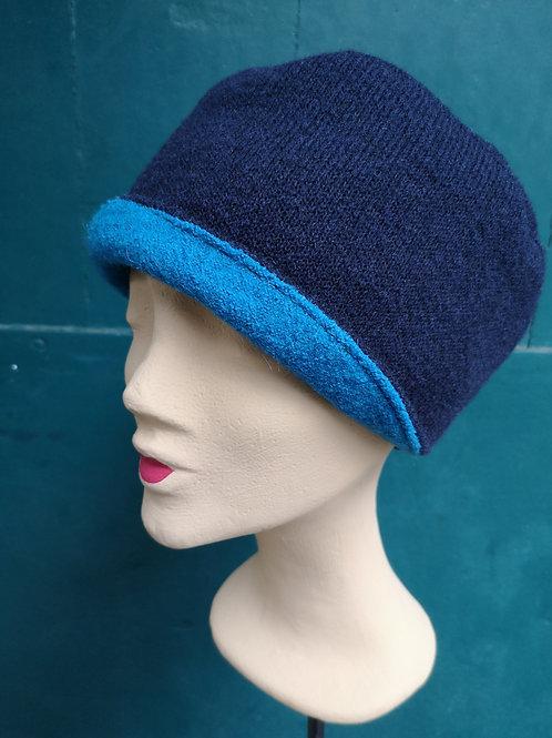 Mütze aus dunkelblauem Wollstoff, Detail in türkis