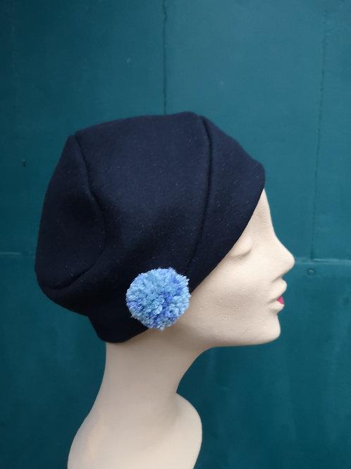 Mütze aus schwarzem Wollstoff mit blauem  Pompom