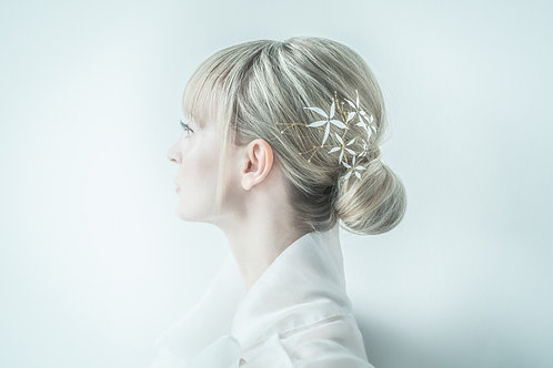 Kopfschmuck mit weißen Lackblumen auf Golddraht
