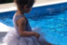 אלמושה בשמלת טוטו סגלגלה