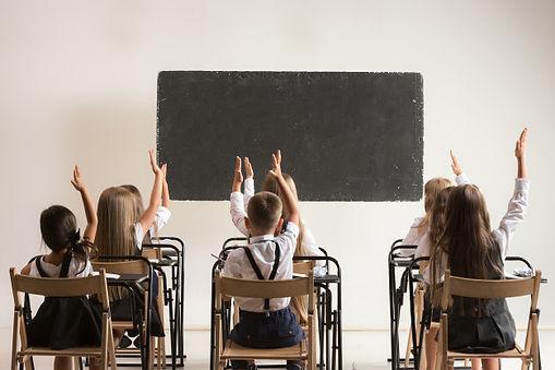 ninos-edad-escolar-aula-leccion_155003-3