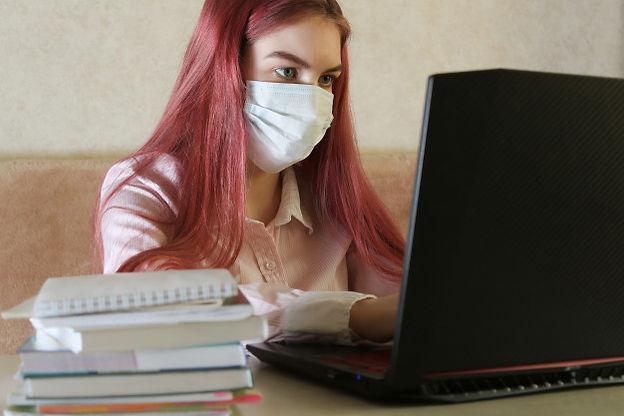muchacha-mascara-medica-que-estudia-casa