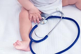 聴診器を持つ赤ちゃん