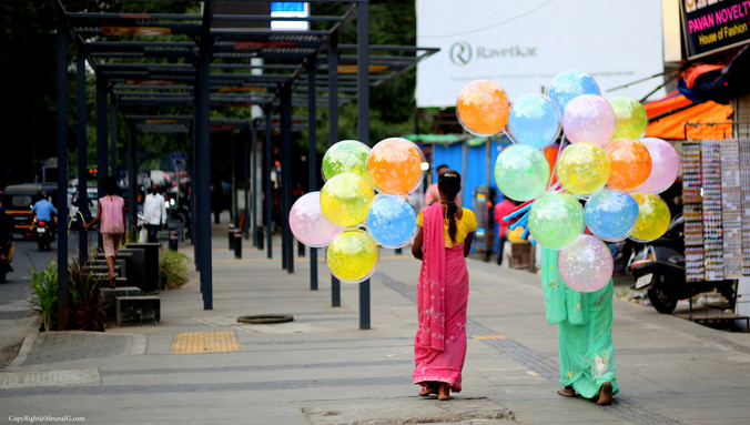 Baloon sellers on the Fergusson College  road