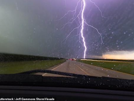 Podemos dirigir ou carregar um veículo elétrico na chuva?