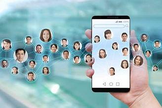 多くの人々のネットワークとスマートフォンを持つ手